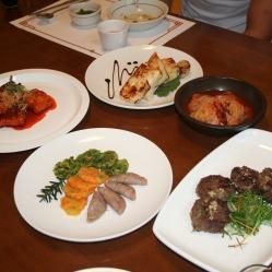 Jeon frittelle di tre colori diversi di zucca, verdura e fagioli rossi (Buccumi) e Dduck galbi frittelle di carne.