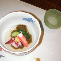 Alghe, pesce e cetriolo, la raffinatezza in una ciotola