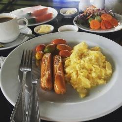 Uova strapazzate e wurstel con pomodorini