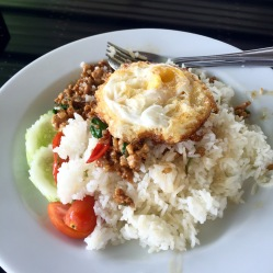 Riso con maiale basilico Thai uovo e peperoncino