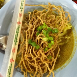 Noodles fritti con Curry e pollo