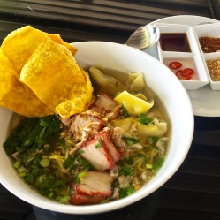 Zuppa con maiale,noodles all'uovo e ravioli