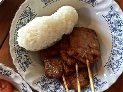 Spiedini di maiale e riso