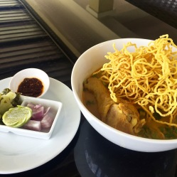 Kao Soi, pollo noodle gialli e noodle fritti